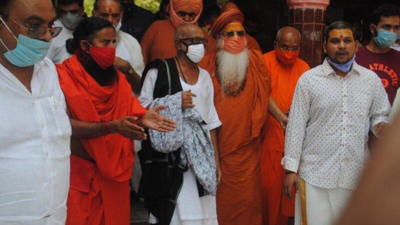 Pujya Morari Bapuji offers prayers at Vrindavan Temple