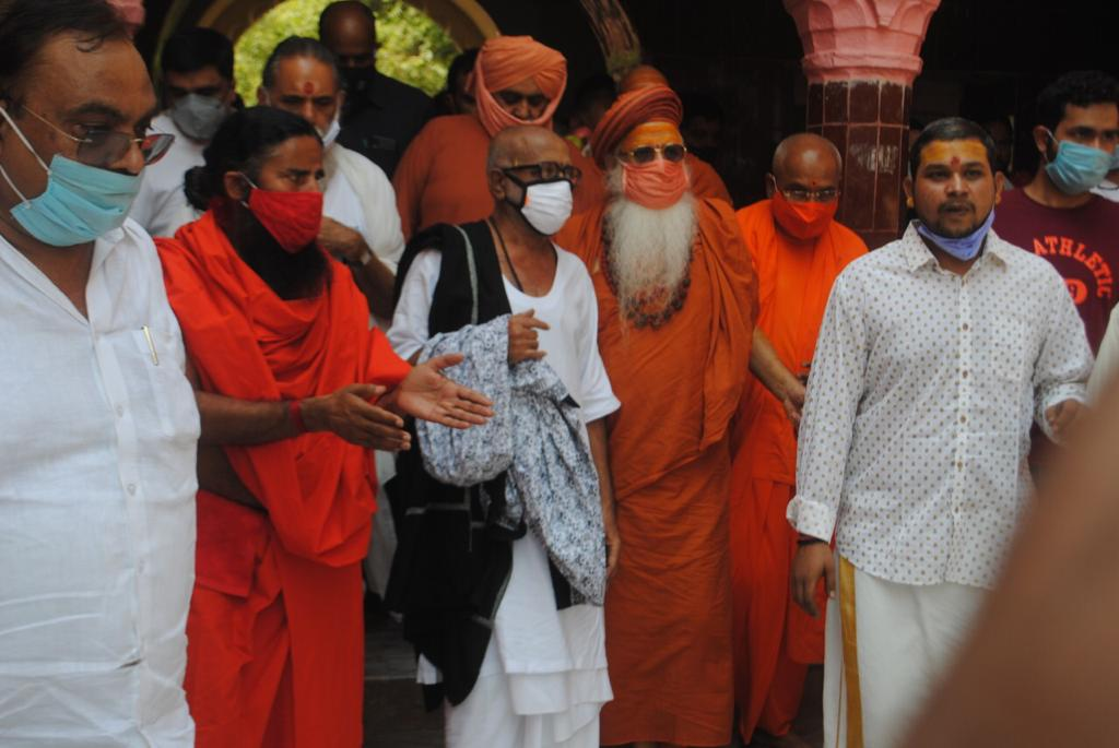 Pujya Morari Bapuji offers prayers at Vrindavan Temple