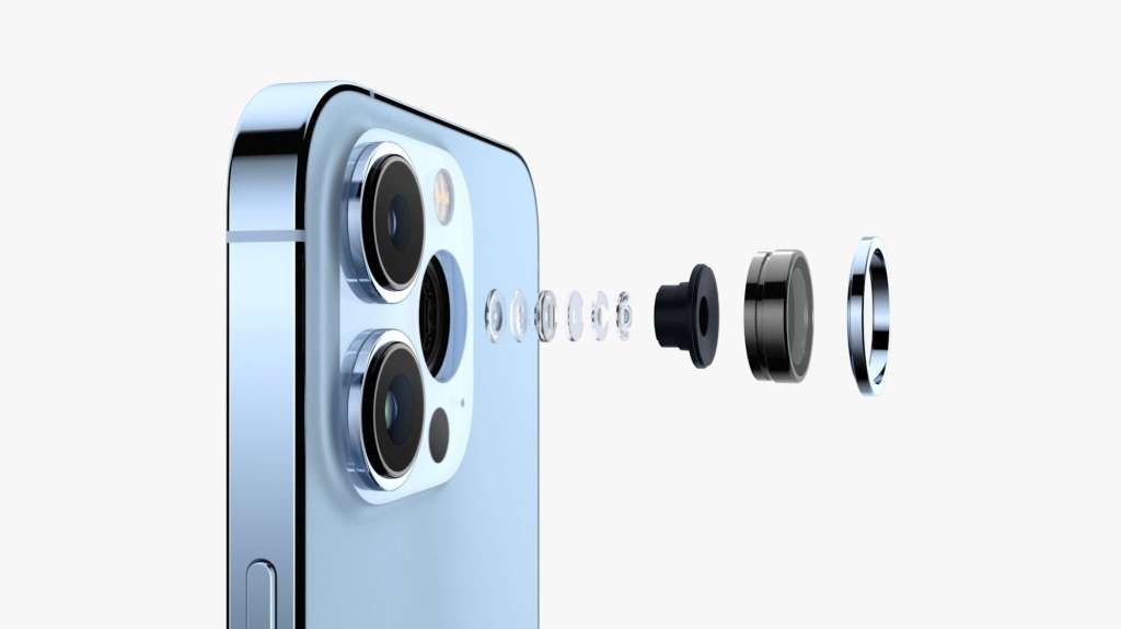 Doctors use the iPhone 13 Pro's macro camera to examine patients' eyes